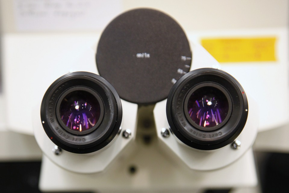 A high-magnification microscope is shown during a tour of the U.S. Food and Drug Administration (FDA) headquarters in Silver Spring, Maryland, November 5, 2009.  REUTERS/Jason Reed   (UNITED STATES HEALTH SCI TECH) - RTXQDXX
